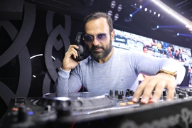 GROOVE TO RETRO BOLLYWOOD TUNES OF GLOBALLY RENOWNED DJ SHEIZWOOD AT TAP ANDHERI